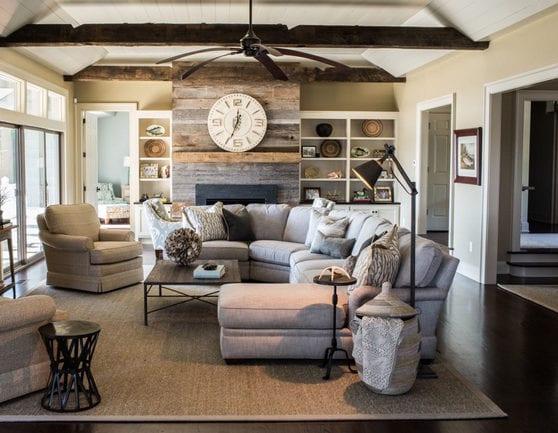 wohnzimmer farbgestaltung in hellgrau und beige mit weißer holzdecke, kaminmantel aus paletten, weißen regalen und ecksofa mit polstersesseln in grau