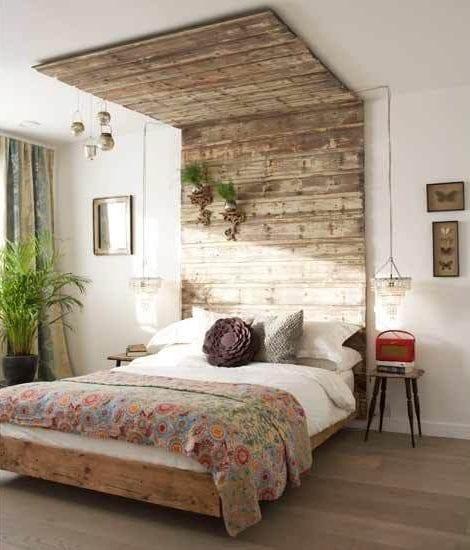 kreative schlafzimmer ideen für schlafzimmer gestaltung mit paletten_Schlafzimmer interieur mit DIY Bettkopfteil aus paletten, kronleuchter als pendellampen, holzhocker als nachttische