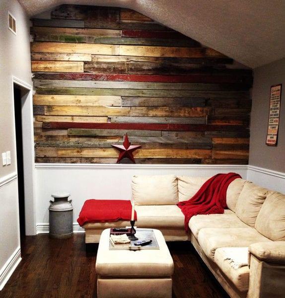coole einrichtungsideee fpr kleines wohnzimmer mit dachschräge, wandfarbe grau, akzentwand aus holz und ecksofa weiß mit polsterhocker-couchtisch