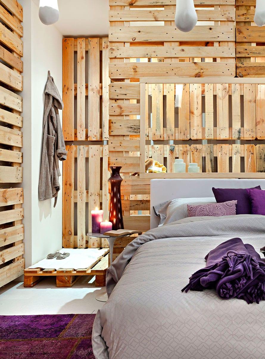 modernes schlaftimmer mit Bad gestalten mit europaletten, diy Trennwand mit Öffnung hinter bett mit Bettwäsche in grau und lila