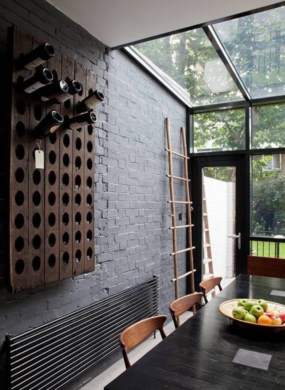 moderne küchengestaltung mit glasdach, akzentwand aus schwarzen ziegeln und diy weinregal aus Paletten als coole wanddeko in rustikalem stil