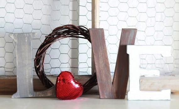 rustikale dekoration für valentinstga selber machen mit holzbuchstaben und rotem herz