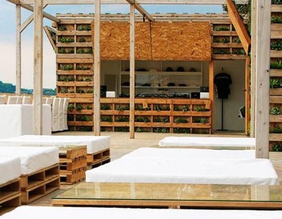 terrasse und gartengestaltung mit vertikalem garten aus europaletten und diy gastronomiemöbel aus paletten