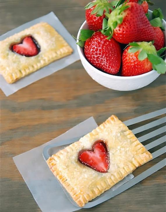 einfaches rezept für Gebäck aus butterteig mit Nutella und erdbeeren als romatische und leckere valentinstag überraschung