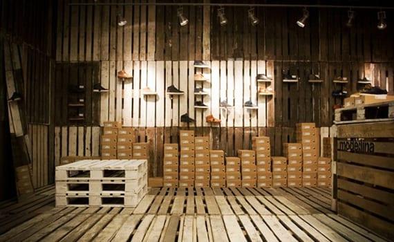 originelle gestaltungsideen für modernes laden interieur mit paletten für wandverkleidung, bodenbelag und das bau von möbeln