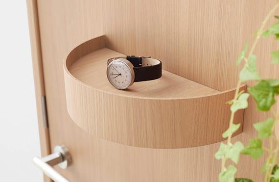 moderne holztür mit magnete und holzbehältern für aufbewahrung von kleinzeig und blumen