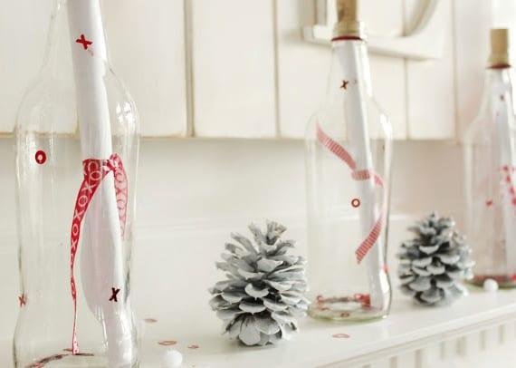 coole deko ideen valentinstag mit flaschenpost in glasflaschen mit xoxo aufschrift und weißen nadelbäume zapfen