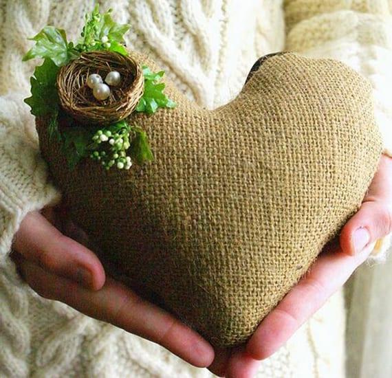 herzkissen aus rupfen nähen und mit mini-Nest dekorieren als tolle DIY Deko Idee valentinstag