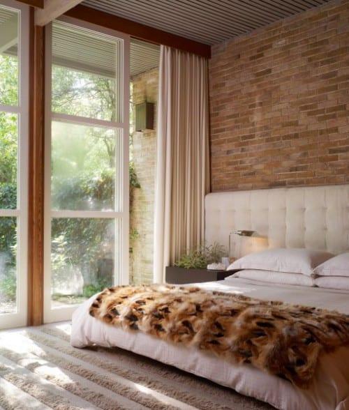 coole gestaltungsidee für modernes schlafzimmer mit ziegelwand in weiß und beige