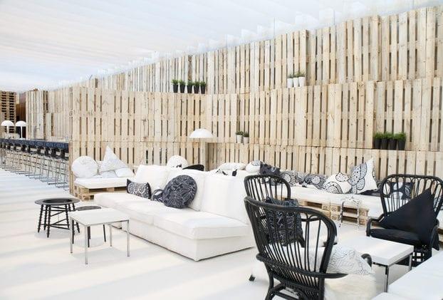 wand verkleiden mit europaletten_coole einrichtung mit DIY Sofas und DIY Trennwand aus paletten