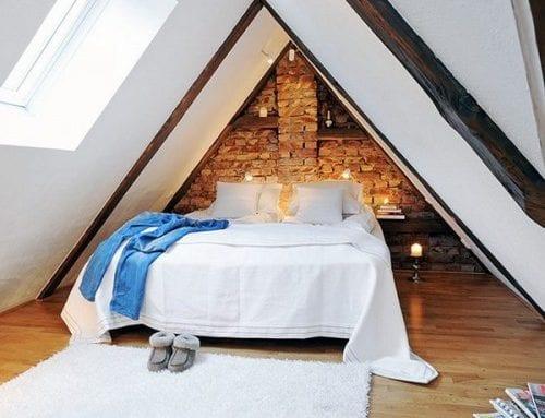 kleines schlafzimmer mit dachschräge gemütlich gestalten mit ziegelwand, sichtbarer dachkonstruktion und holzfußbodenbelag