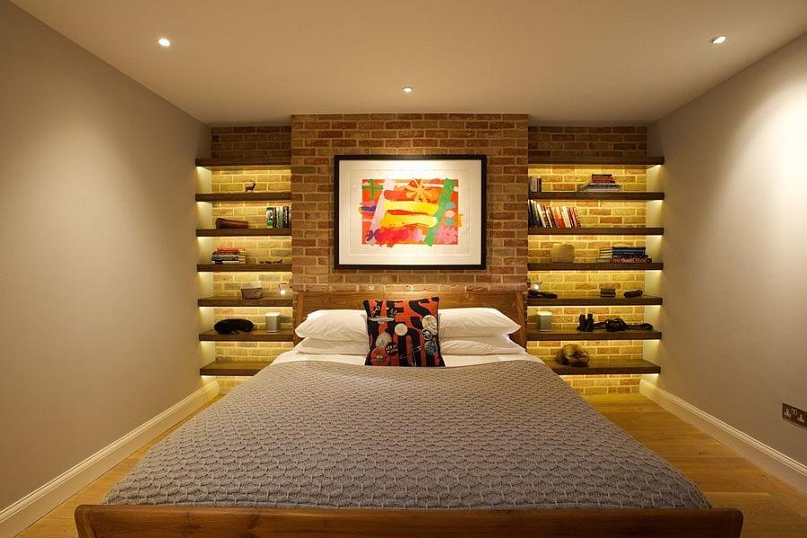 kleines schlafzimmer kreativ gestalten mit wandfarbe beige, zigelwand mit holzregaln und indirekter beleuchtung in wandnischen