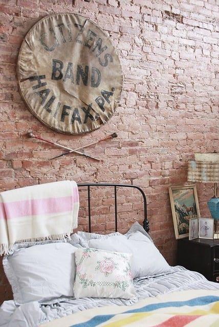 kreative wanddeko schlafzimmer mit ziegeln und runder leinwand