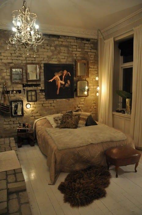 kleines schlafzimmer gestalten mit weißem holzbodenbelag, weißer ziegelwand mit spiegeln in klassischen metallrahmen und kronleuchter