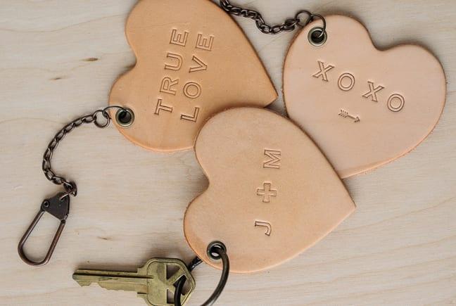 diy schlusselanhänger aus leder in herzform als passendes valentinstaggeschenk