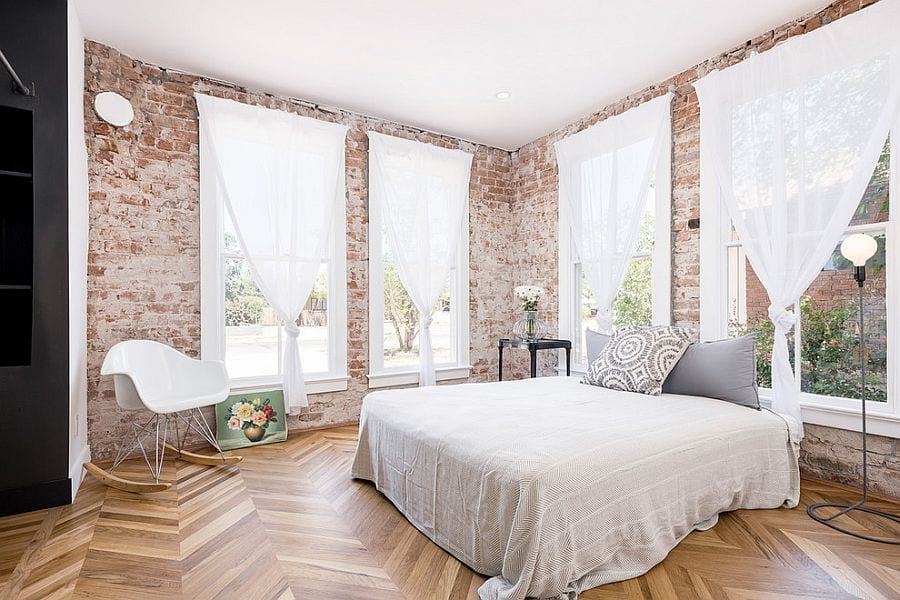 schicke schlafzimmer gestaltung mit parkettfußbodenbelag, ziegelwänden und große fensterrahmen weiß mit weißen gardinen