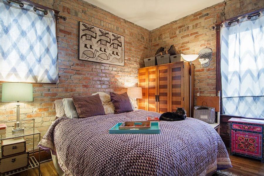 kleines schlafzimmer mädchen kreativ gestalten mit weißen und orangen ziegeln, nachttischen aus glas mit runden nachttischlampen und weißen gardinen mit karomuster in blau