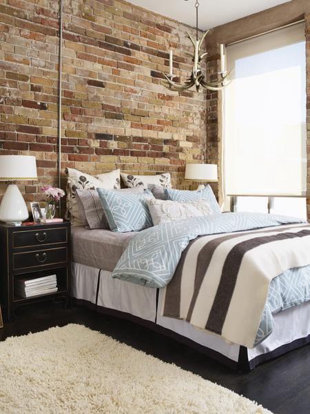 kreative schlafzimmer ideen für moderne schlafzimmergestaltung im klassischen stil mit schwarzen nachttischen, weißen tischlampen rund, horn kronleuchter gold und fenster mit fensterrollos in beige