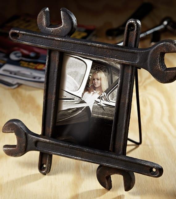 kreative Bastelidee für DIY Bilderrahmen aus Schraubenschlüsseln als originelles Geschenk für mann