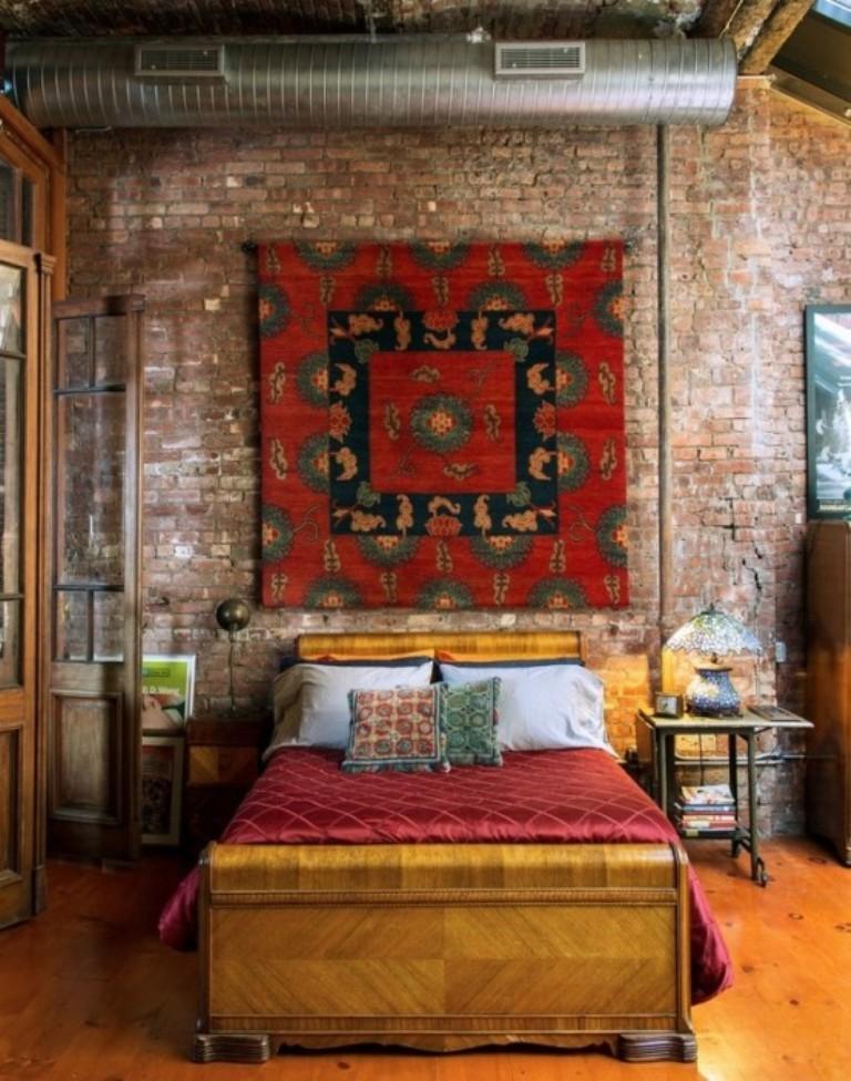 coole schlafzimmergestaltung im klassischen stil mit ziegelwand, wandteppich, rustikalem klapptisch als nachttisch und holzbettgestell