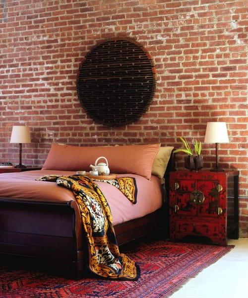 ziegelwand aus roten ziegeln einfach dekorieren mit einem kunstwerk und vintage nachttischen rot mit tischlampen aus holz und rosafarbiger bettwäsche