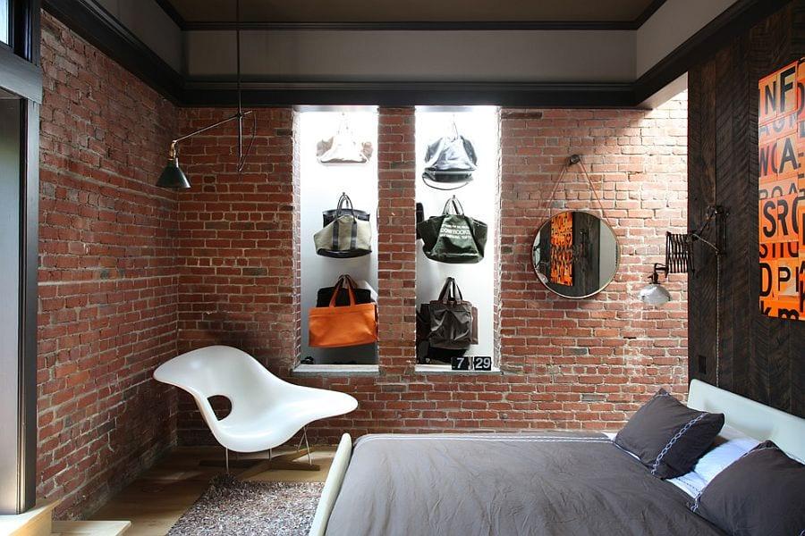 originelle gestaltungsidee schlafzimmer mit akzentwand aus holz in parkett-Optik und beleuchteten wandnischen in ziegelwand zum aufbewahren von damentaschen