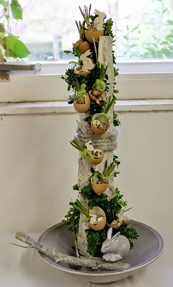 originelle Osterdeko basteln mit zweig, eierschalen, hasefiguren und zwiebelblumen