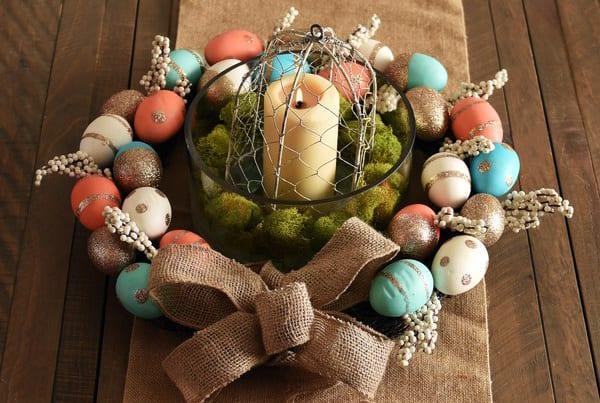 tisch zum ostern dekorieren mit diy kranz aus oatereiern, kerze und moos in glasgefäß