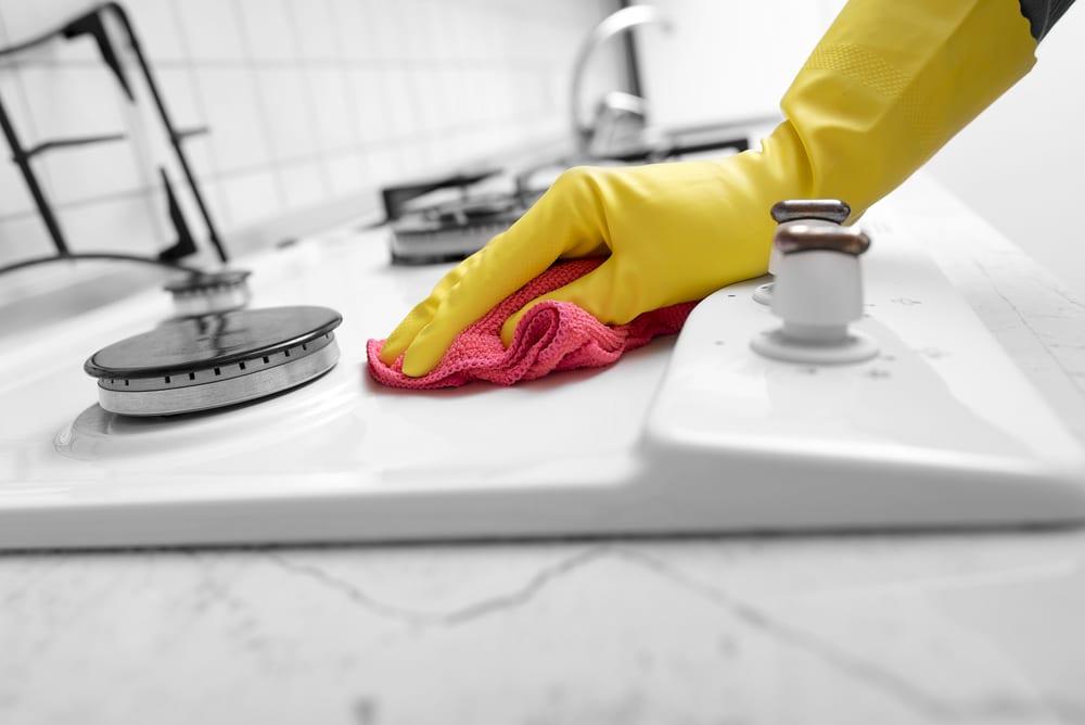 weiße gaskochplatte in der küche putzen mit dem passendem reinigungsmittel