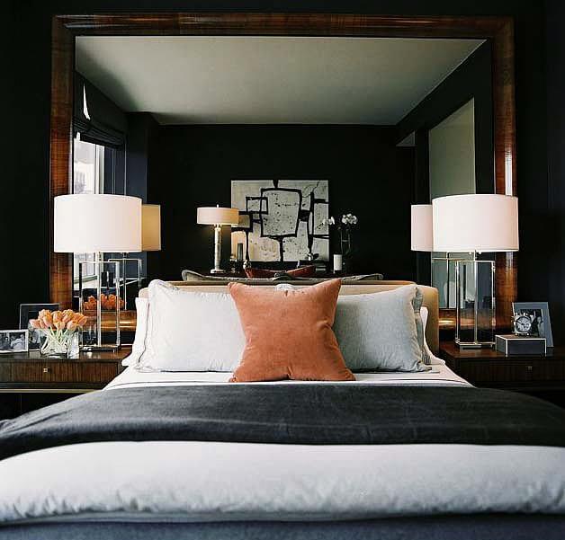 modernes schlafzimmer gestalten mit wandfarbe schwarz und großem wandspiegel im holzrahmen als wanddeko und kopfteil fürs bett