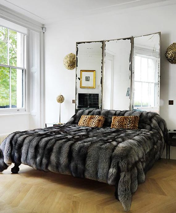 schlafzimmer modern gestalten mit schirmwand aus spiegeln, goldenen wandleuchten und pelzdecke