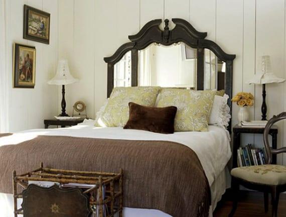 kleines schlafzimmer im vintage stil einrichten mit quadratischen beistelltischen in schwarz als nachttische, diy tischlampen, diy magazinhalter und diy kopfteil fürs bett