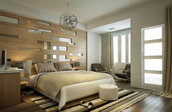 schlafzimmer gemütlich gestalten in weiß und beige, mit holzfußbodenbelag, und akzentwand in holzoptik mit länglichen spigelteilen