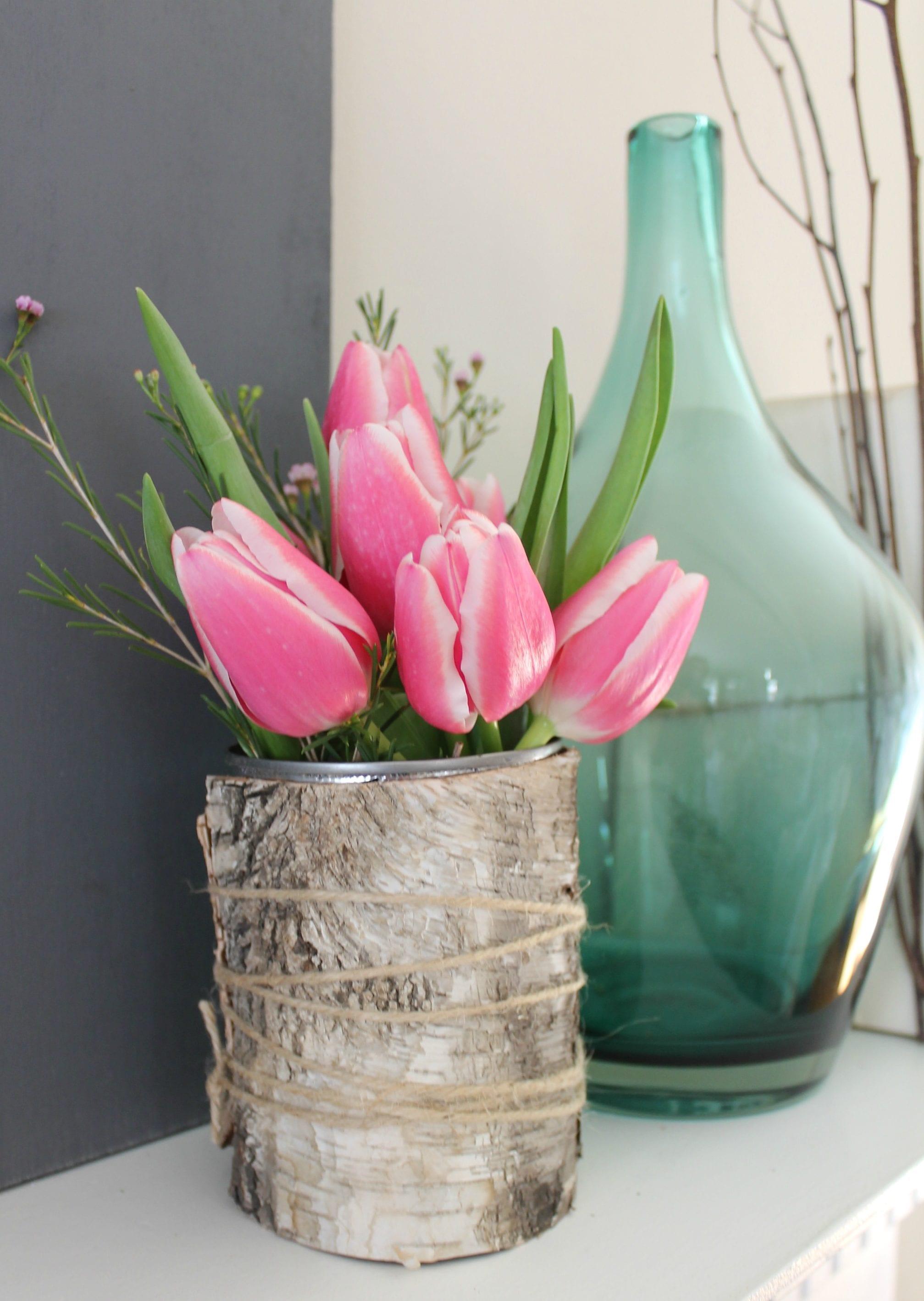 sideboard dekorieren mit Tulpen in diy vase aus dose und glasvase blau
