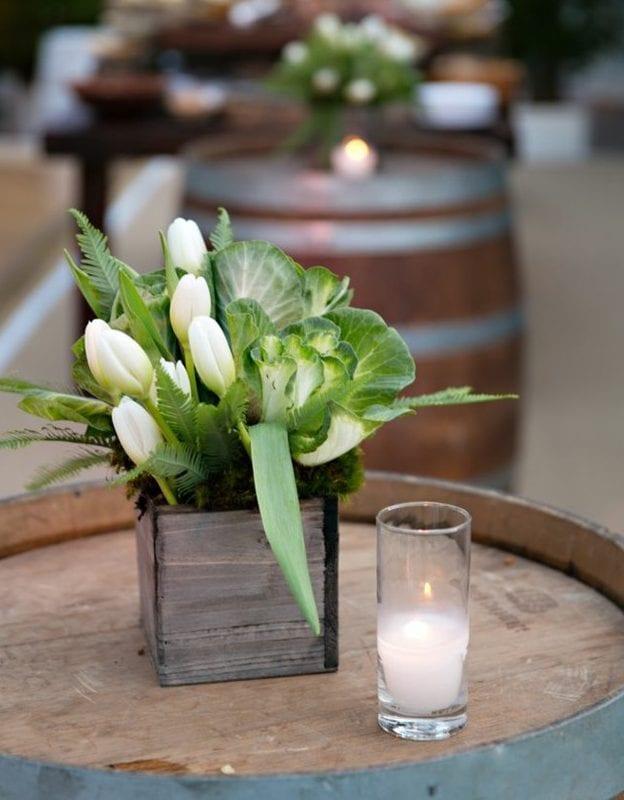 schöne Gestaltungsidee und blumendeko für hohzeit mit weißen tulpen und Grün im kleinen Holzkasten