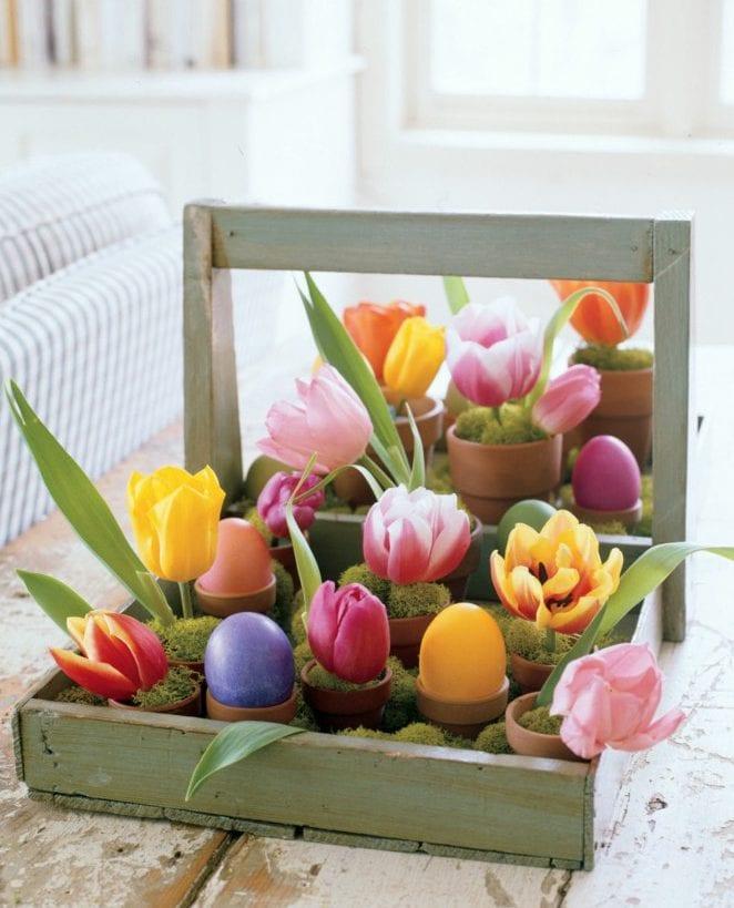 fantastische dekoidee mit tulpen in moos als passende Osterndeko