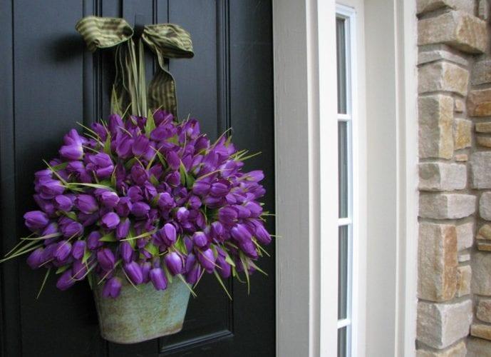 coole türdeko im frühling mit lilafarbigen tulpen in metalleimer