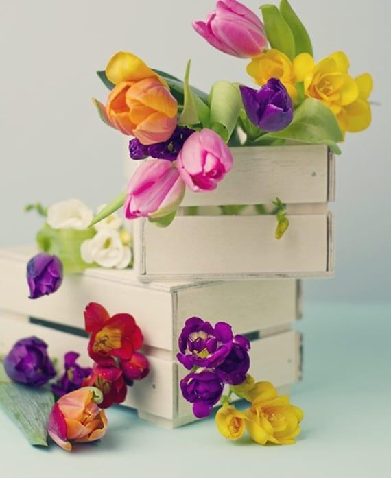 tolle blumendeko mit tulpen in kleinen holzkisten