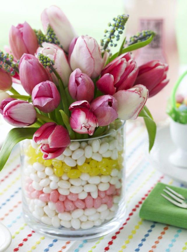 rosafarbige tulpen in glasvase arrangieren zum ostern