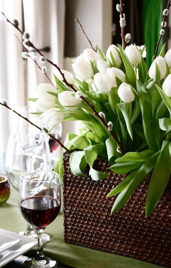 interessante tischdeko mit Weidenzweigen und tulpen im weidenkorb