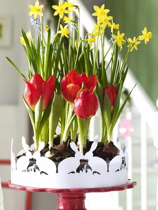 frische Frühlingsdeko mit tulpen,narzissen und papier-osterhasen