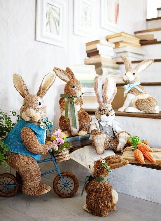 innentreppe zum ostern dekorieren mit osterhase-figuren und büchern