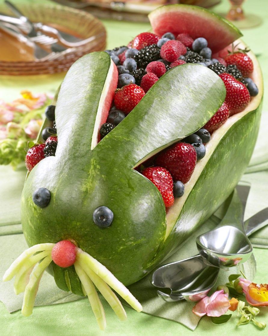 leckerer Osterhase basteln aus wassermelone für eine kinder-osterparty