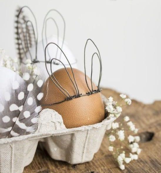 interessante osterdeko zum selber basteln mit ostereiern und federn