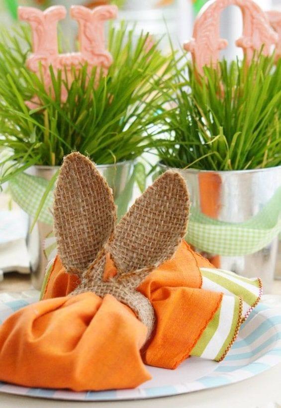 tisch eindecken zum ostern mit orangen servietten und diy serviettenring aus rupfen