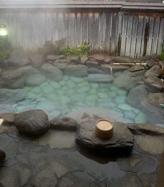 Belebende Gartengestaltung mit kleinem Tauchbecken zum Entspannen ...