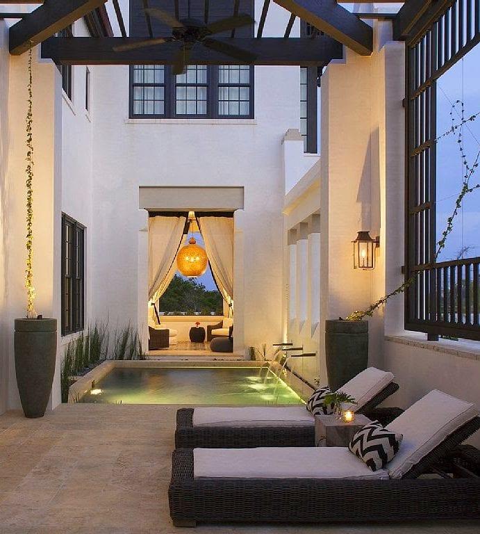 coole terrassengestaltung mit wasser, gras und ambientbeleuchtung