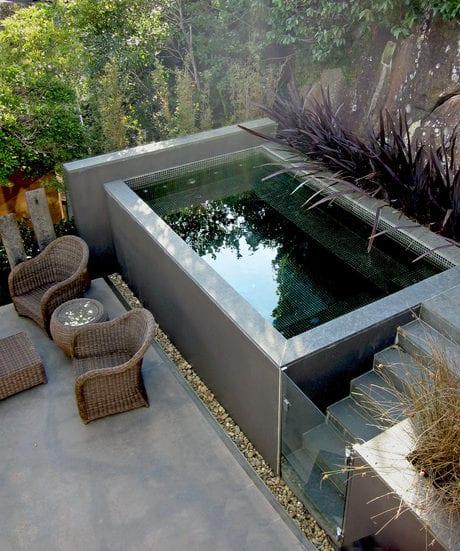 hofgarten kreativ gestalten mit Tauchbecken über dem Boden mit natursteinverkleidung und kleiner treppe mit glastür