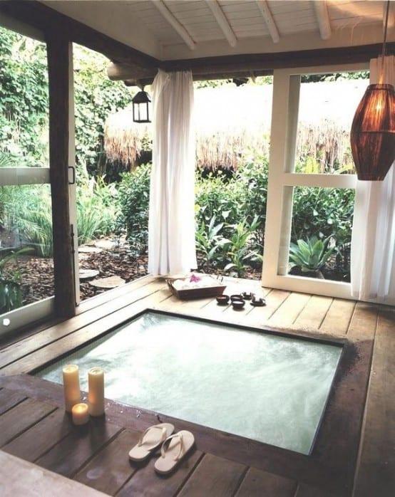 traumgarten gestalten durch gartenhaus mit tauchbecken, gardinen und schiebetüren