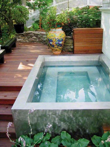wellness-bereich im kleinen garten gestalten mit holzpodest-terrasse und beton-tauchbecken mit sitzbänken